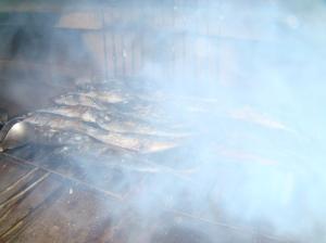 Smoking grilling carapau