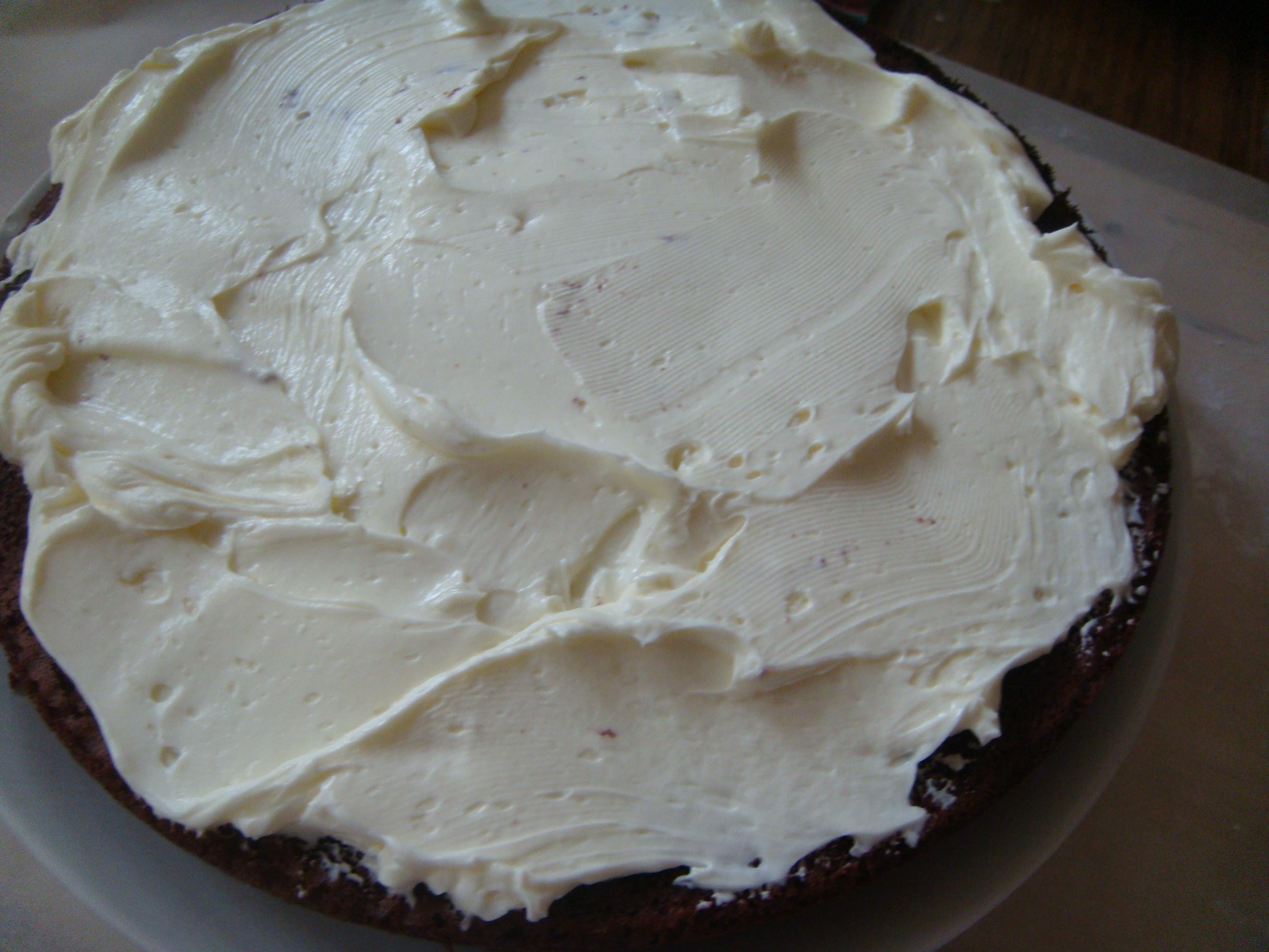 Layering cake with marscopone icing